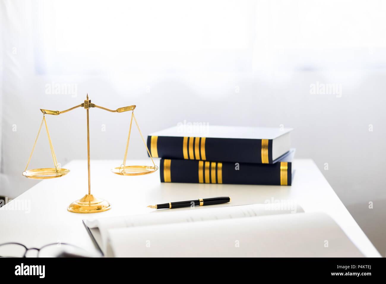 Martello e soundblock di giustizia diritto e avvocato for Scrivania avvocato