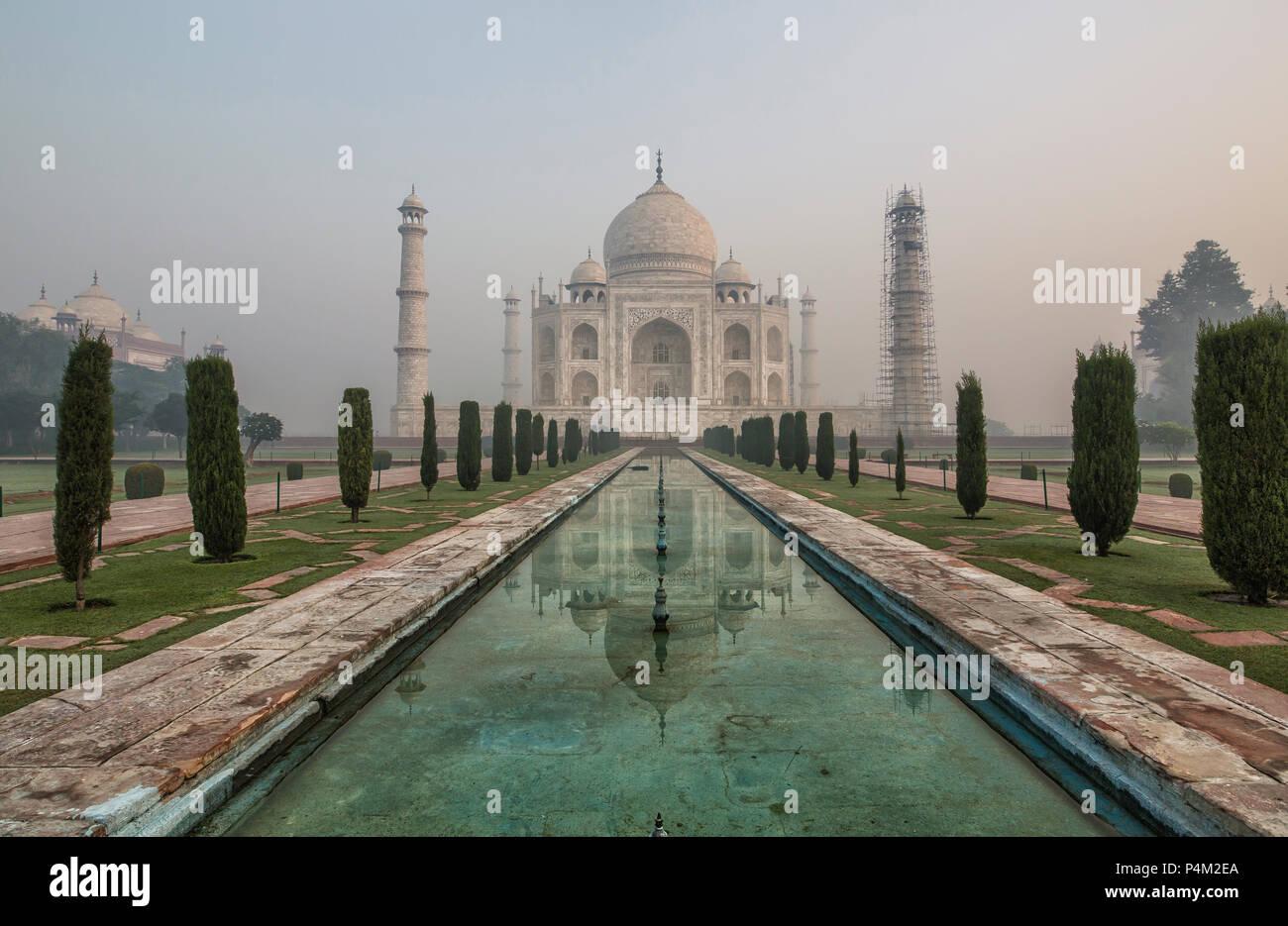 Sunrise e la nebbia di mattina al Taj Mahal di Agra - India Immagini Stock