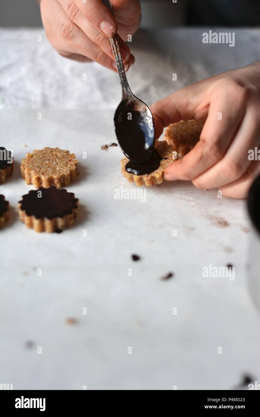 Materie vegan cookies di avena con una glassa di cioccolato Immagini Stock