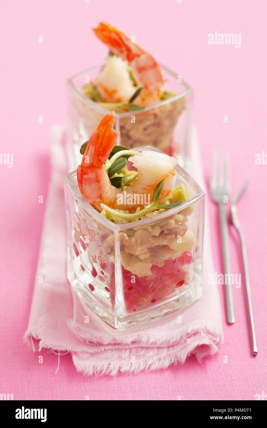 Guacamole con melograno e gamberi Foto Stock