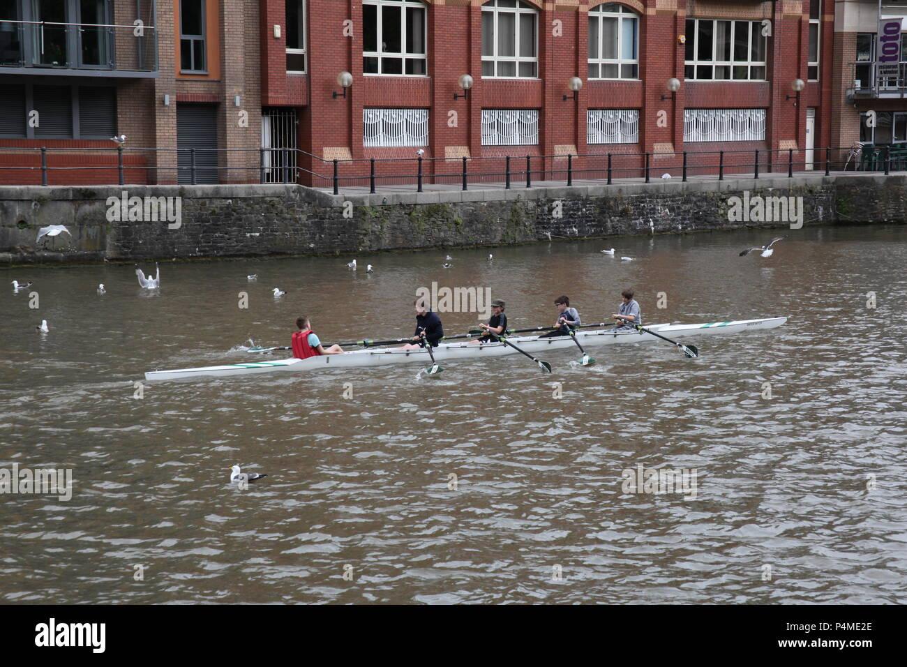 Bambini canottaggio sul fiume Avon, Bristol, Inghilterra. Immagini Stock
