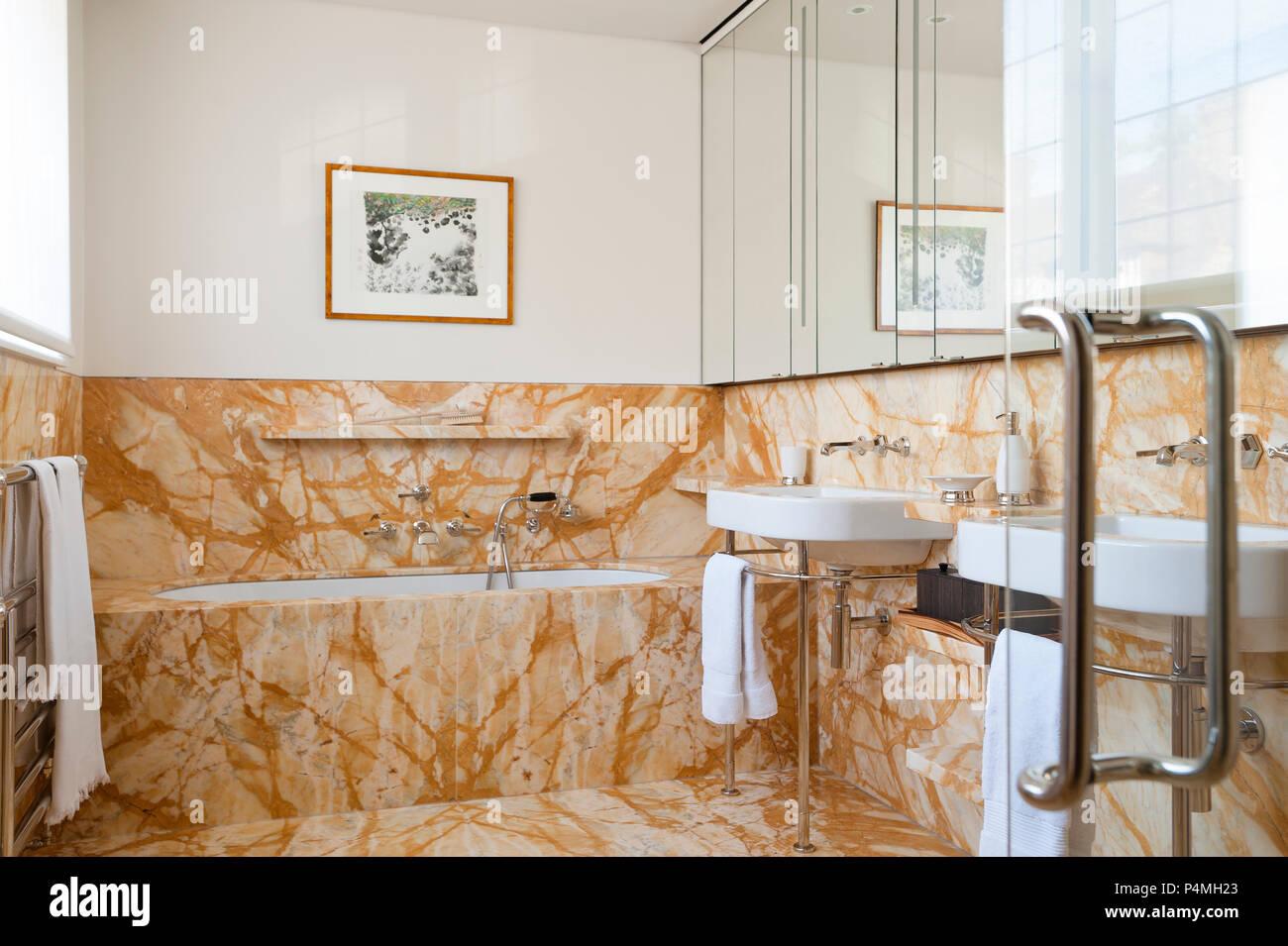 Bagno con piastrelle marrone lavoro foto immagine stock