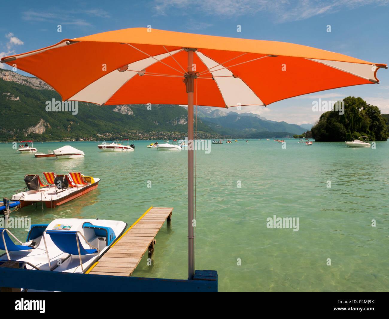 Ombrellone e vista sul lago di Annecy, Francia Immagini Stock