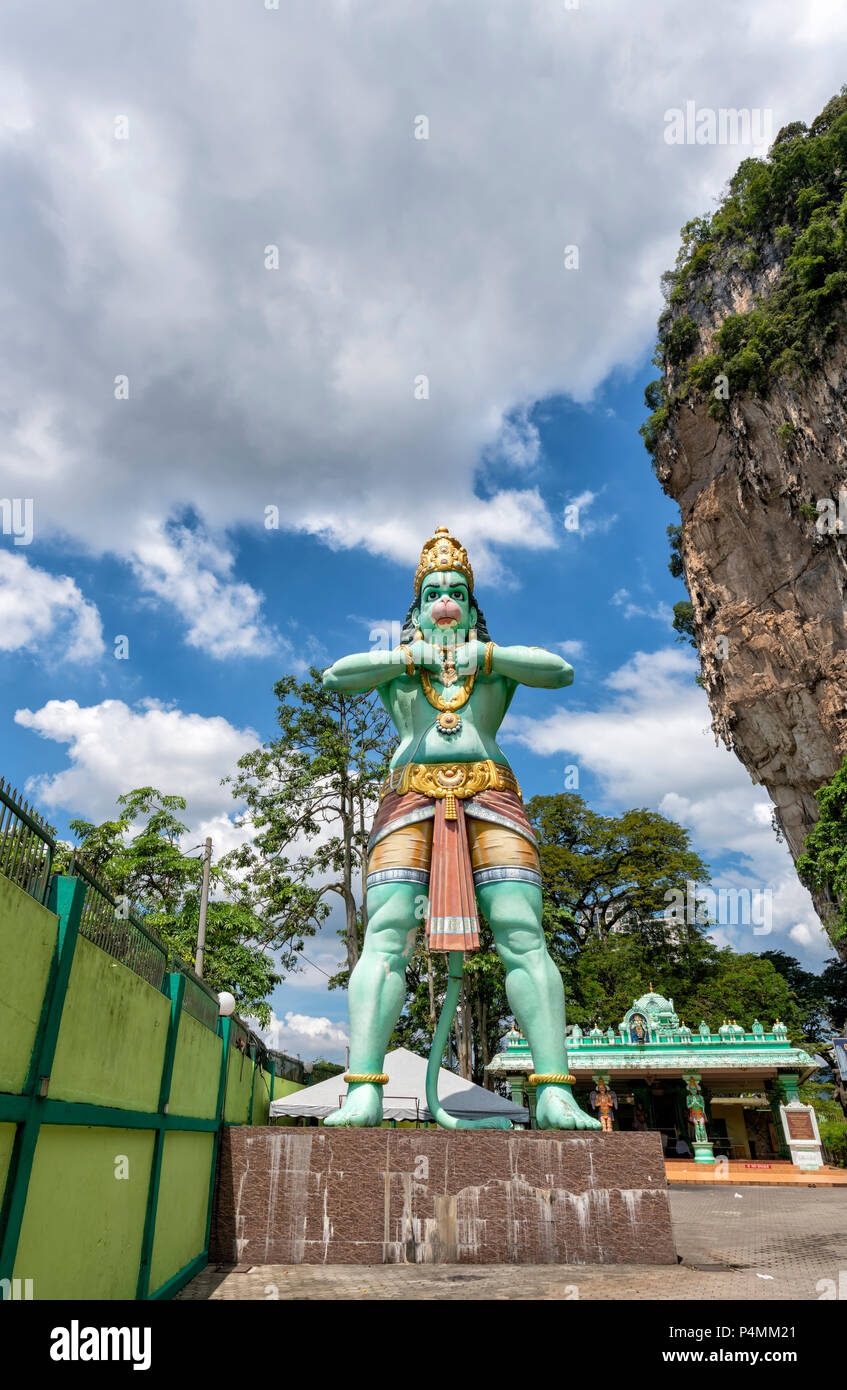 Statua di una scimmia di Dio presso le Grotte di Batu nella periferia di Kuala Lumpur in Malesia Immagini Stock
