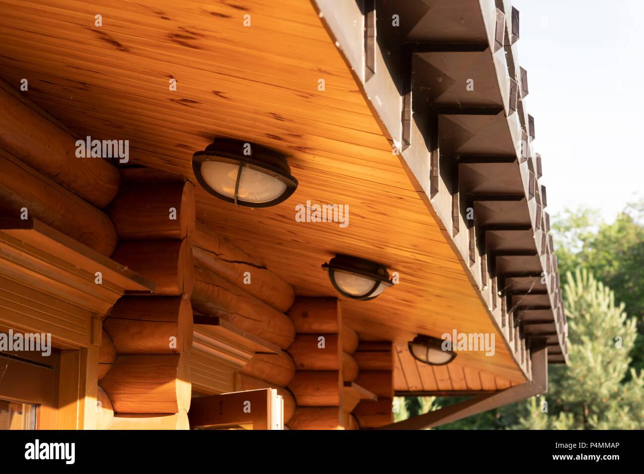 Luci Per Tettoia In Legno la tettoia del tetto in legno della costruzione di casa di
