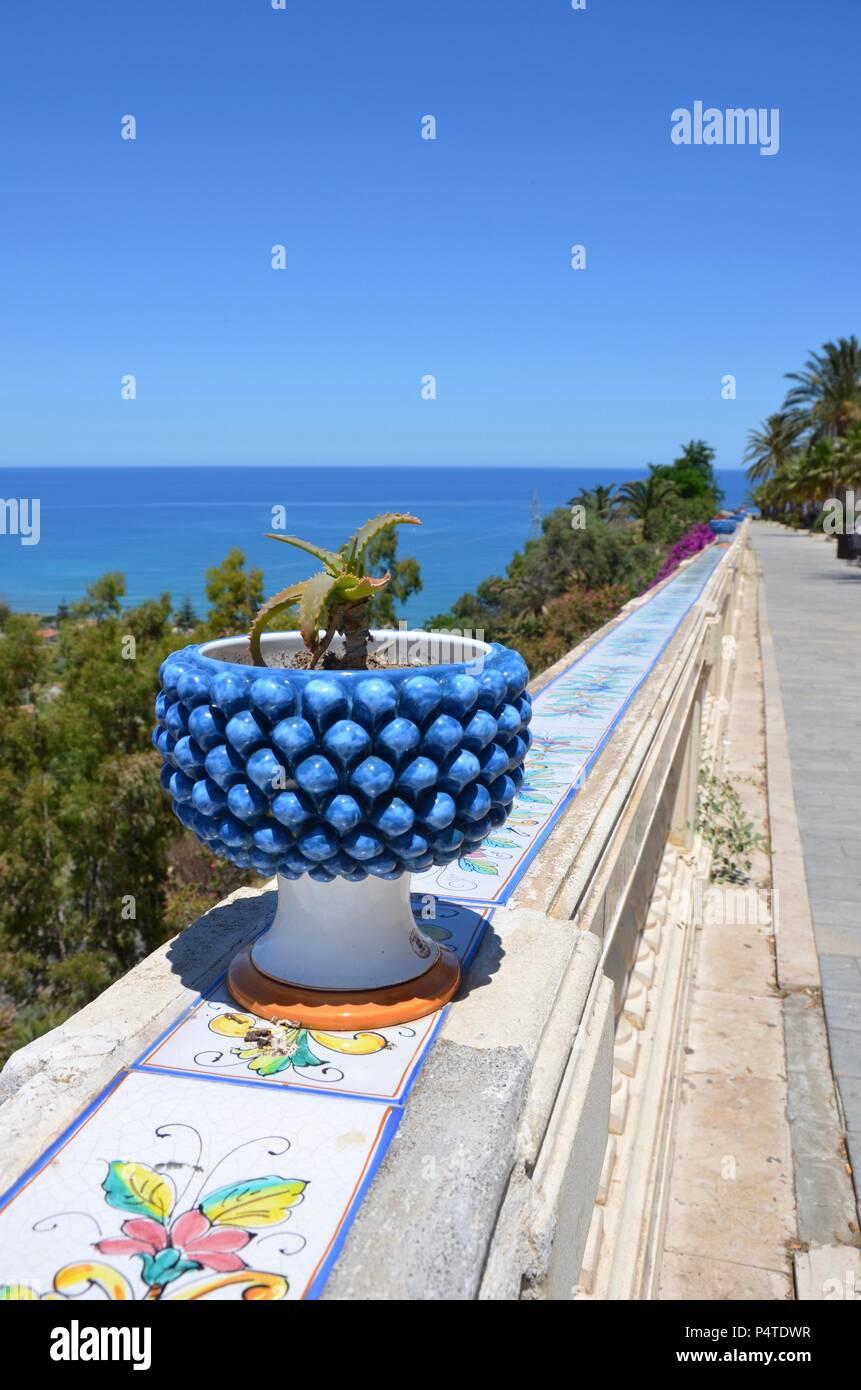 Vista da un balcone in pietra a Santo Stefano di Camastra in Sicilia verso il mare mediterraneo, ceramiche, famoso, artigianato, ceramica Foto stock - Alamy