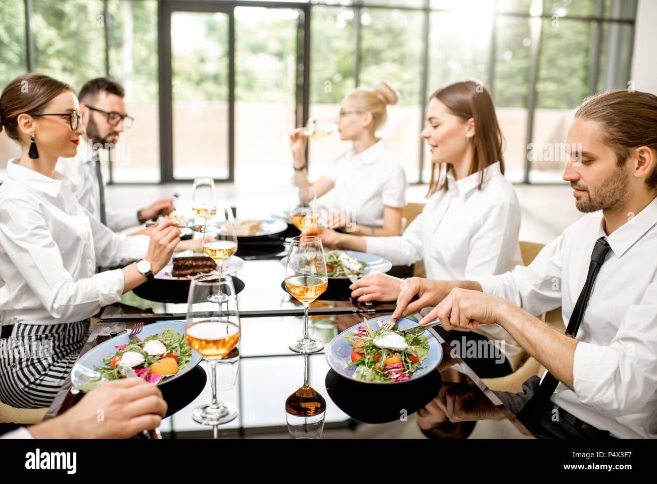La gente di affari durante un pranzo presso il ristorante Immagini Stock