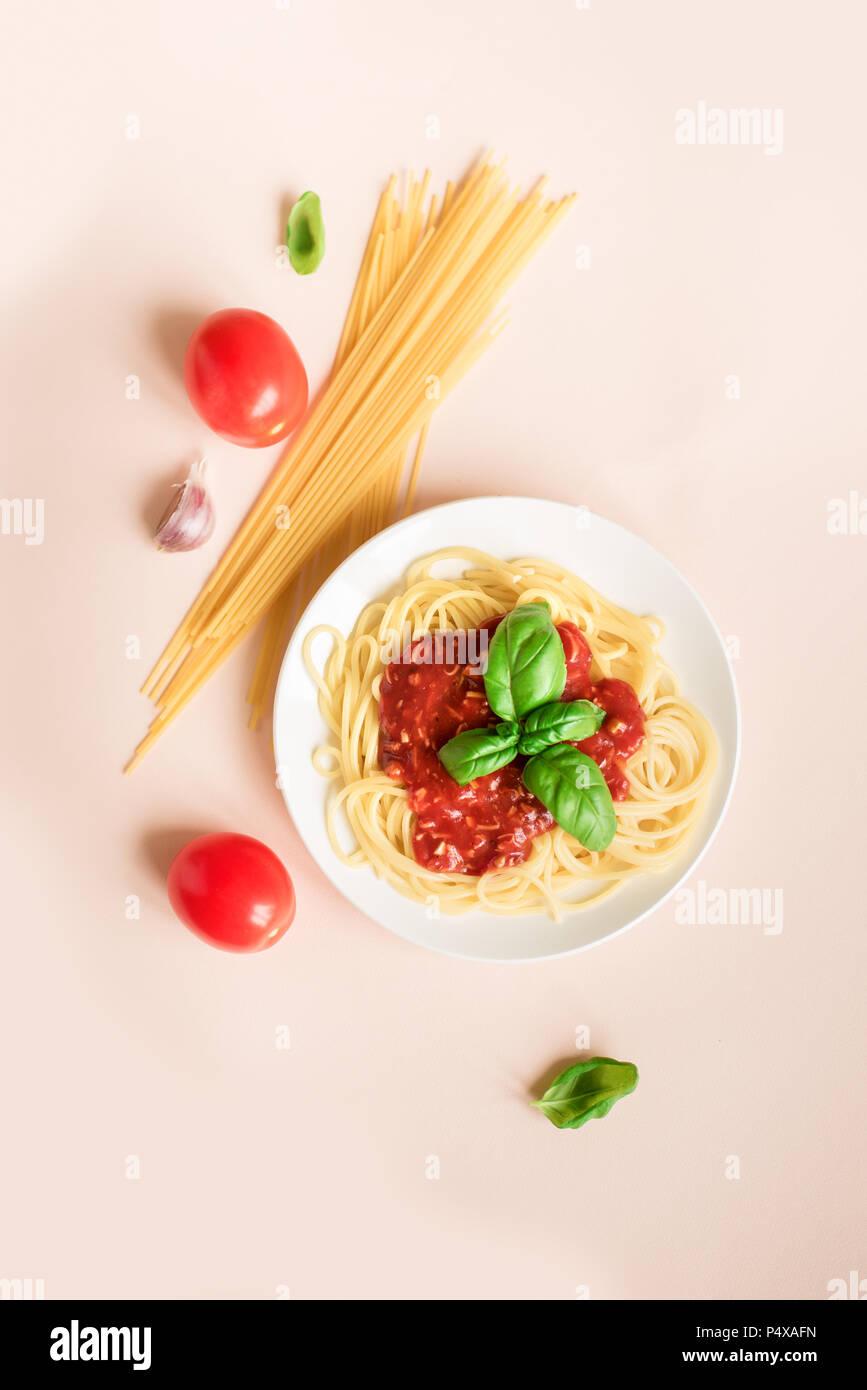 Gli Spaghetti Alla Bolognese E Ingredienti Su Sfondo Rosa Vista