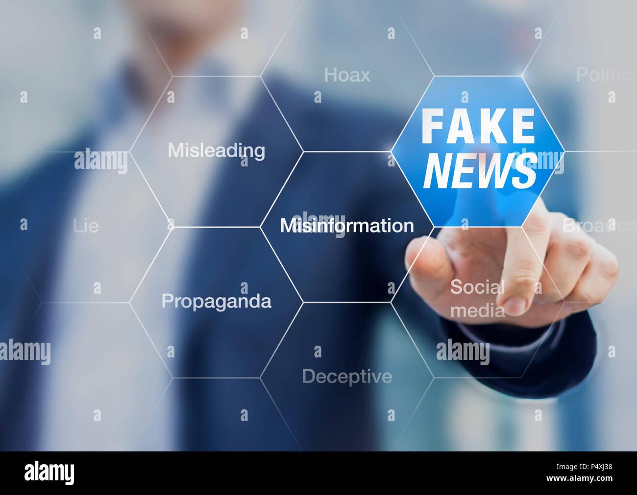 Fake News concetto con una persona che mostra fuorvianti e ingannevoli di storie, di propaganda, bugie, fabbricato fatti di controllare o manipolare l'opinione pubblica su internet Immagini Stock