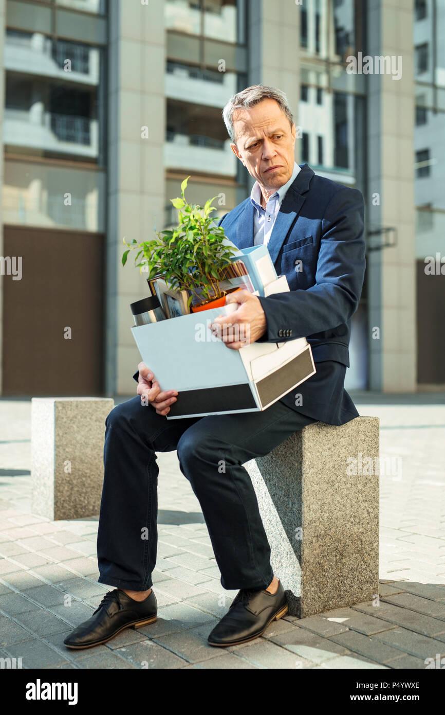 Collare bianco lavoratore di ufficio sentirsi persi dopo essere licenziato Immagini Stock