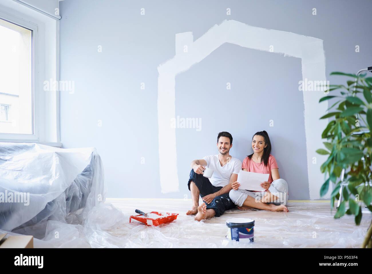 Nuove Pitture Per Appartamenti coppia felice prendendo break dalla pittura pareti in un