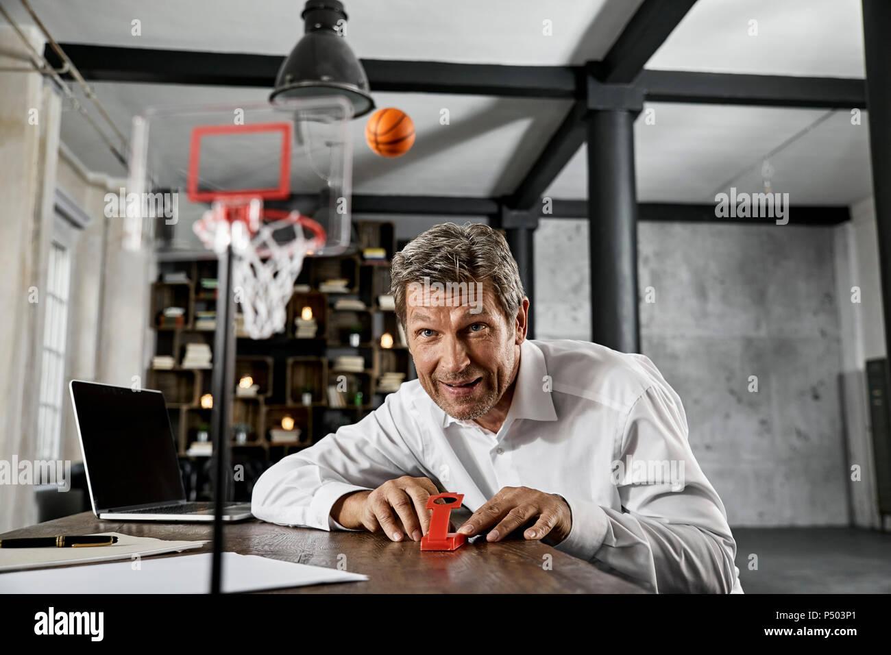 Ritratto di coppia uomo d affari giocando giochi per ufficio in soppalco Immagini Stock
