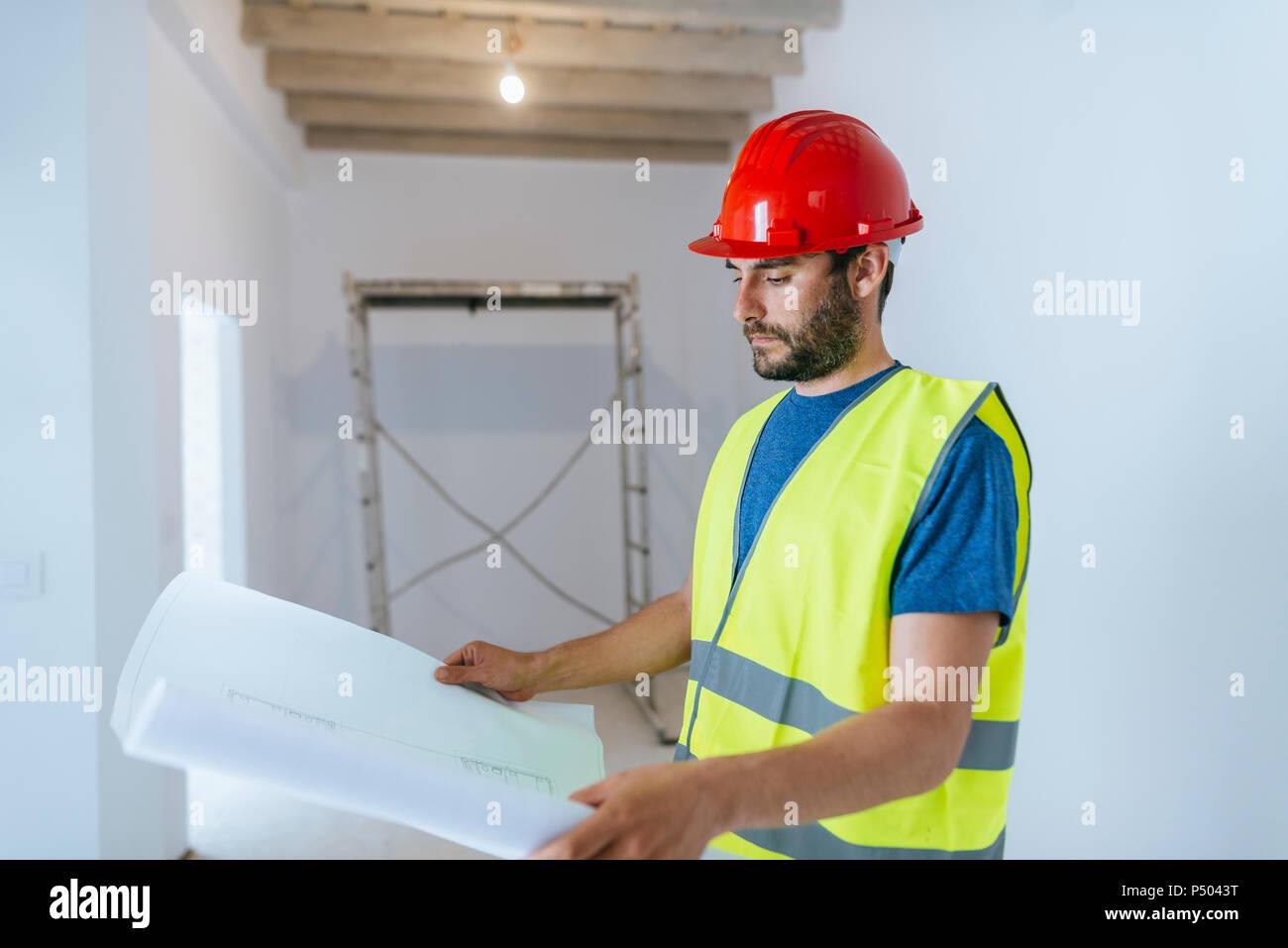 Lavoratore osservando il piano Immagini Stock