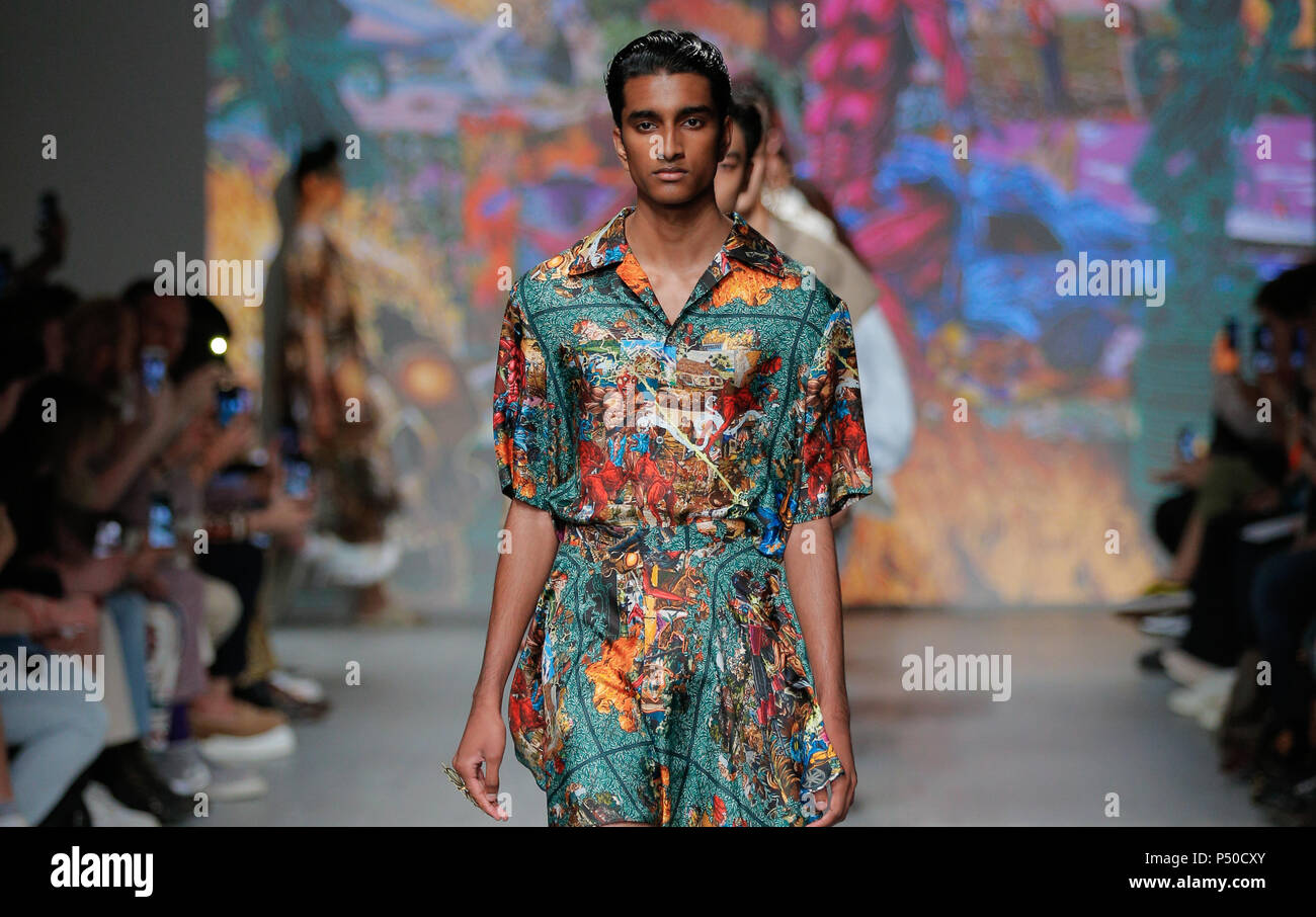 La London Fashion Week Mens, giugno 2018, Edward Crutchley primavera/estate 2019 passerella per sfilate di moda Immagini Stock