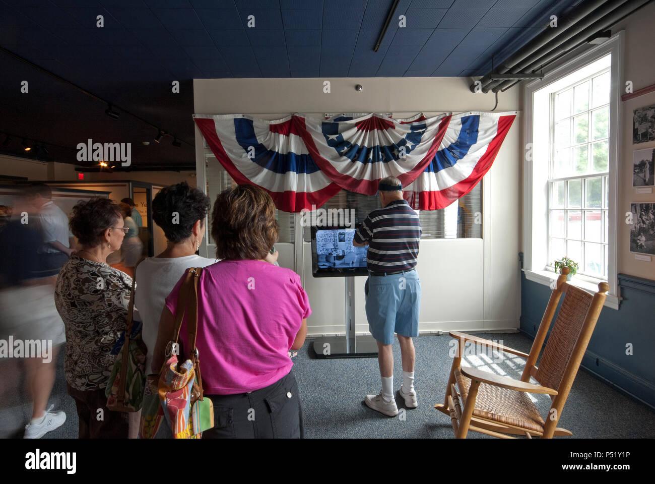 I visitatori al Museo JFK, Hyannis, Barnstable County, Massachusetts, STATI UNITI D'AMERICA Immagini Stock