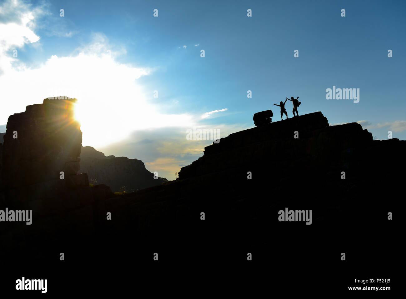Gli alpinisti di successo sul vertice rocce Immagini Stock