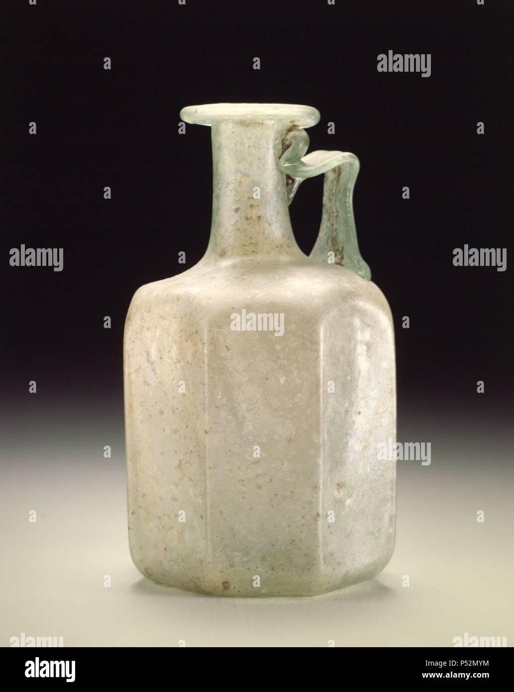 Madrid, M.A.N. Arte romano. Botellín cuadrado de vetro. Realizado con la técnica del vetro soplado, adquirida en Oriente Medio, en el s.I a.c. Immagini Stock