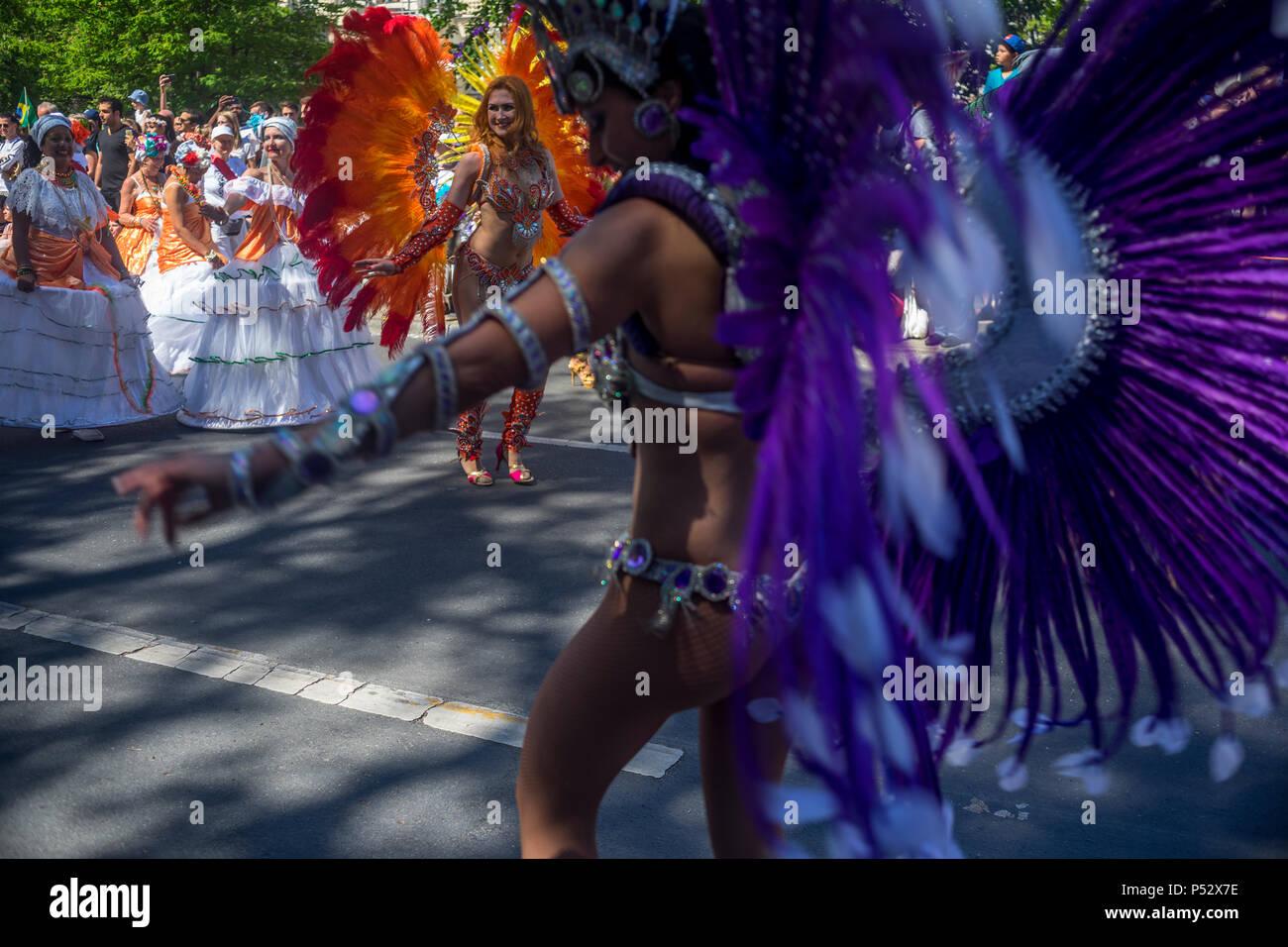 La street parade è il momento clou del Carnevale delle culture durante il fine settimana di Pentecoste a Berlino. Immagini Stock