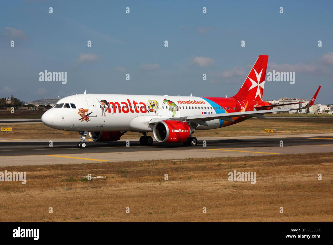 Air Malta Airbus A320neo commerciale piano a getto di rullaggio per la partenza da Malta. La tecnologia avanzata nella moderna aviazione civile. Immagini Stock