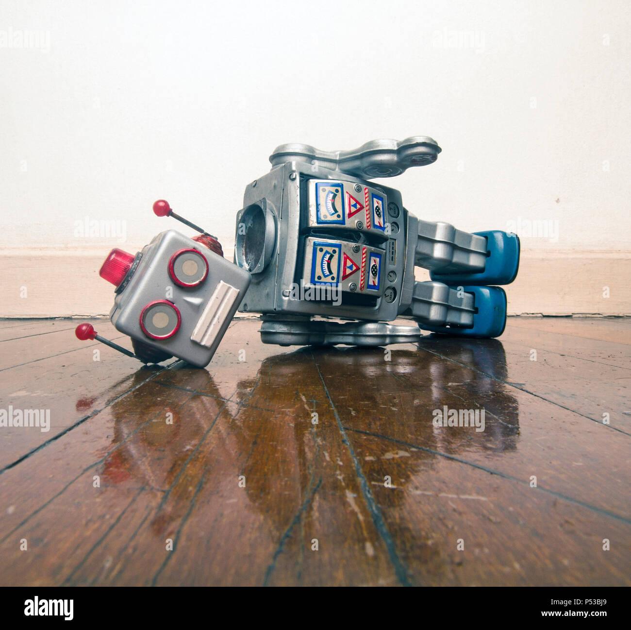 Vintage bot ha perso la sua testa su un vecchio pavimento in legno con la riflessione Immagini Stock