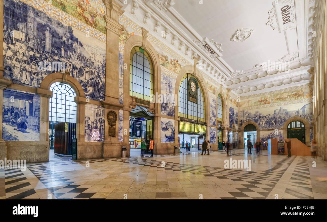 Sala centrale con azulejos pannelli di piastrelle alla stazione