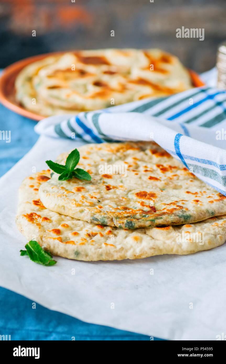 Indian flatbread - Herb Ripiene Paratha su un foglio di carta forno Immagini Stock