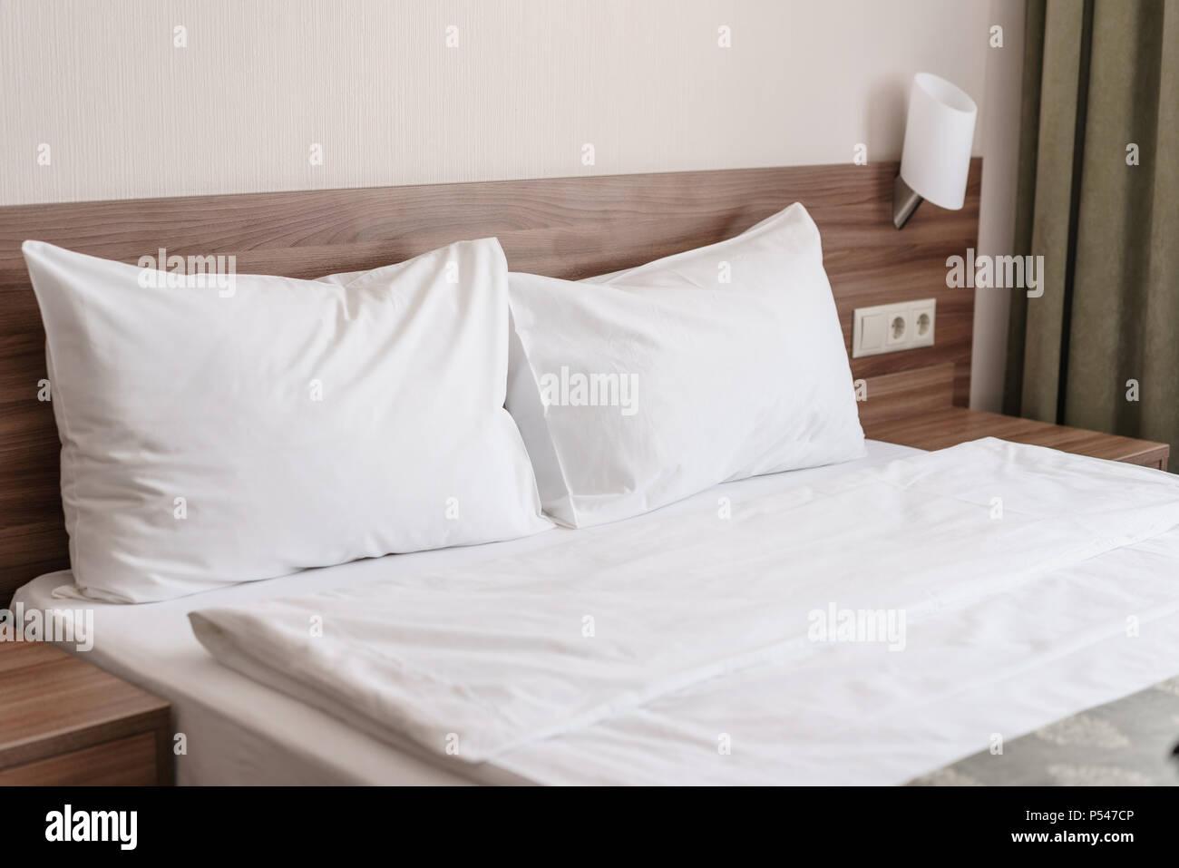 Moderna camera da letto matrimoniale. Confortevole e morbido bianco ...