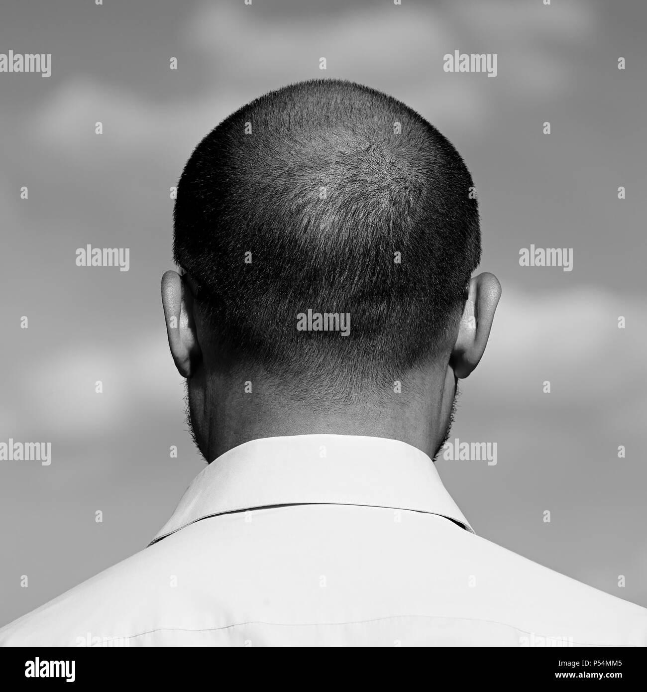 La nuca di una matura balding uomo contro il cielo. Età di quarant'anni. Immagini Stock