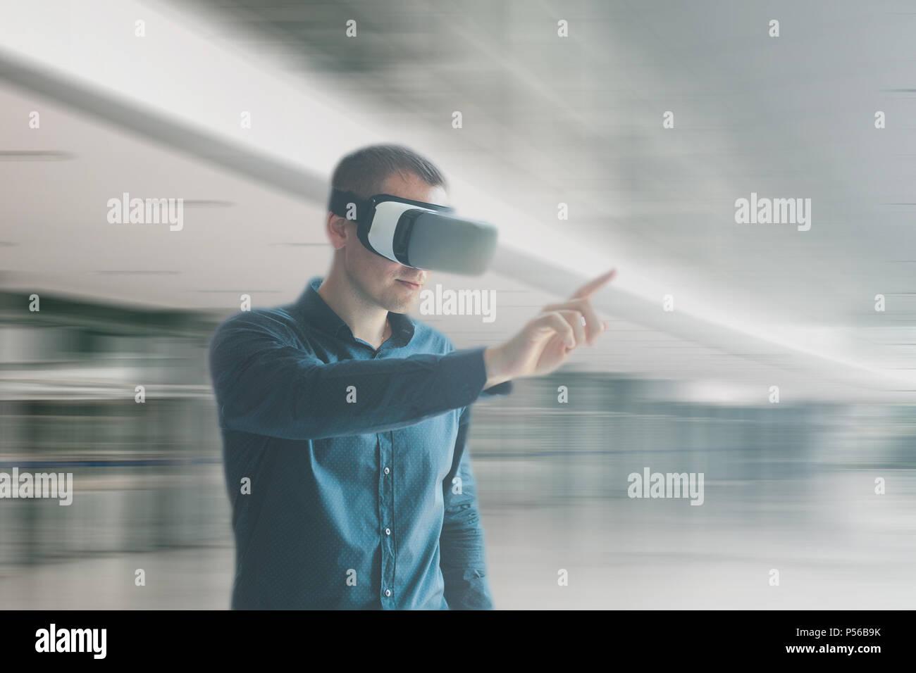 Un uomo in realtà virtuale occhiali. Tecnologia del presente e del futuro Immagini Stock