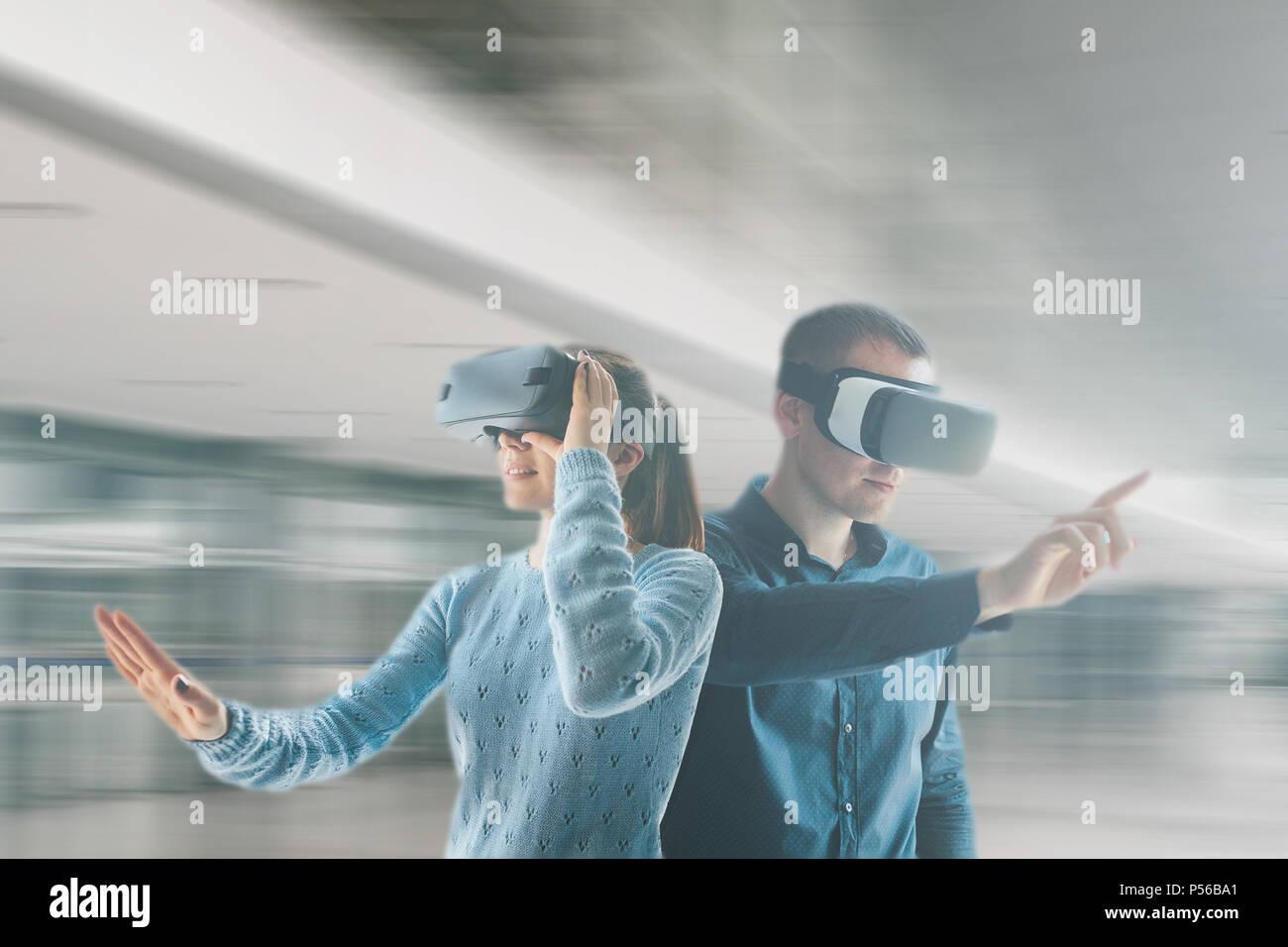 Una giovane donna e un giovane uomo in realtà virtuale occhiali.Il concetto di tecnologie moderne e le tecnologie del futuro. Occhiali VR. Immagini Stock