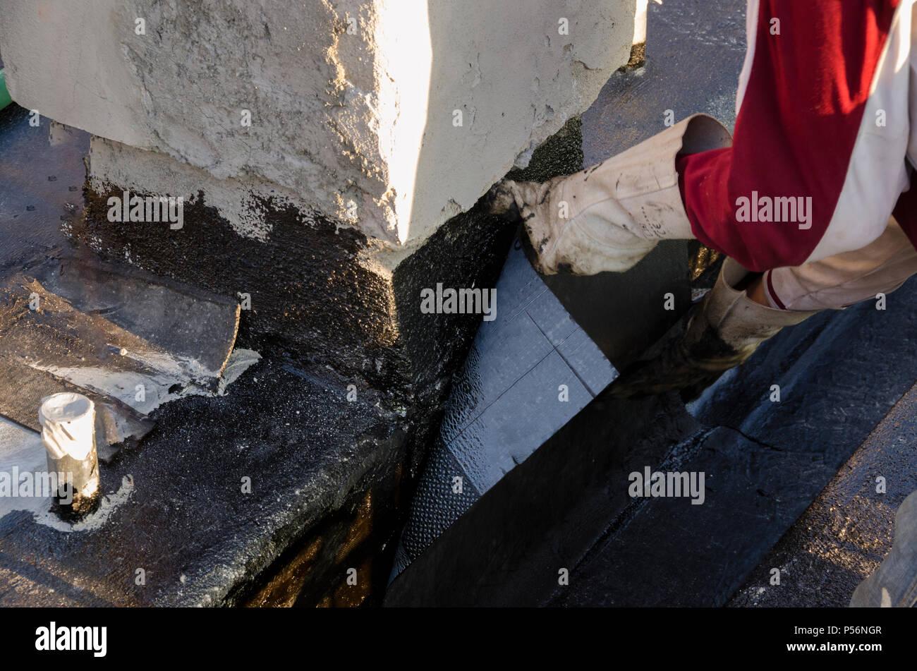 Costruire Tetto In Cemento lavoratore che getta cemento su un sito di costruzione per