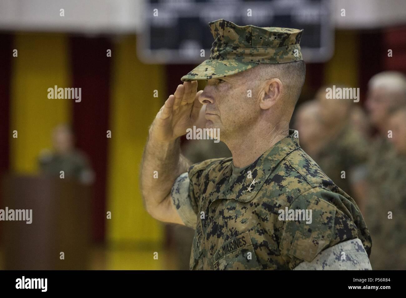 Stati Uniti Marine Corps Il Mag. Gen. John K. amore, il comandante generale della seconda divisione Marine, saluta durante il 6° Reggimento Marine modifica del comando cerimonia al Camp Lejeune, N.C. Giugno 12, 2018, 12 giugno 2018. Durante la cerimonia, Col. Matteo S. Reid rinunciato il comando dell'unità di Col. Daniel T. Canfield Jr. (U.S. Marine Corps foto di PFC. Nathaniel Q. Hamilton). () Immagini Stock