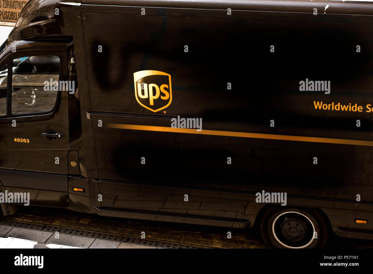 UPS, United Parcel Service carrello parcheggiato in strada di Praga Immagini Stock