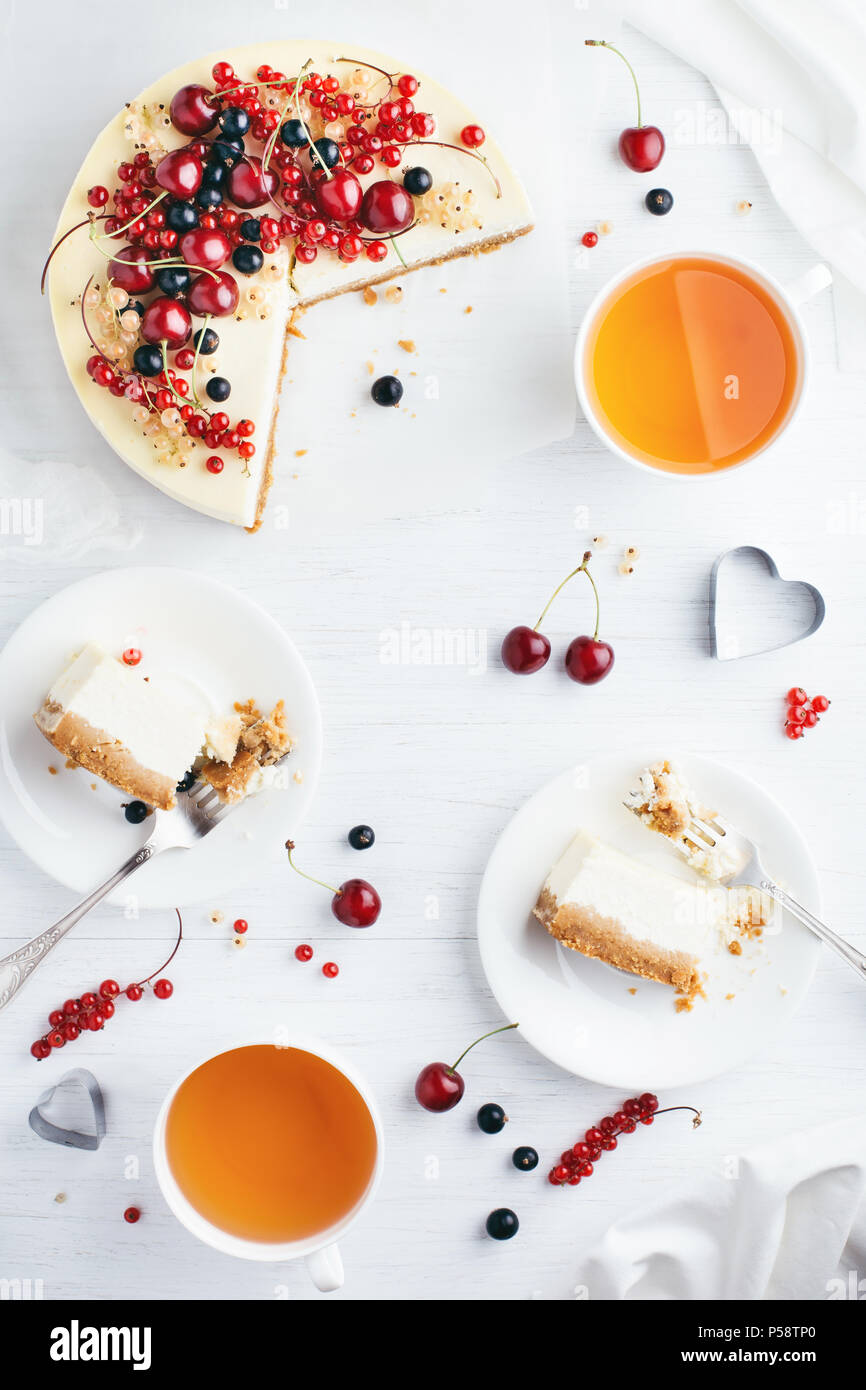 New York cheese cake con bacche di colore bianco su un tavolo di legno. Angolo di visione. Immagini Stock