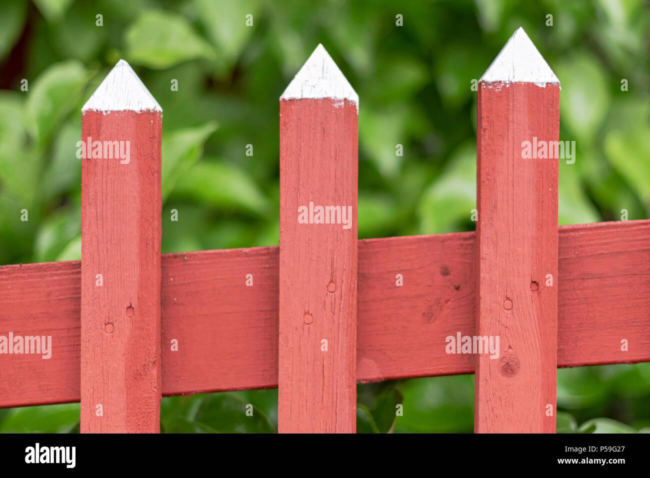Staccionata Bianca In Legno dettaglio di un tradizionale rosso staccionata in legno con
