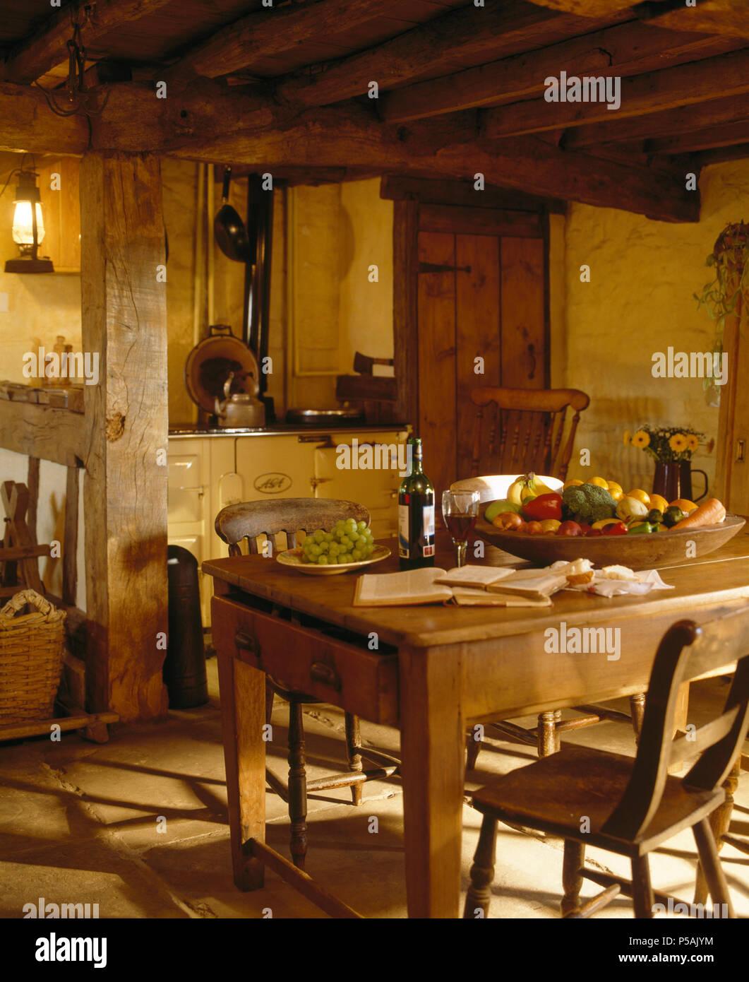 Pino antico tavolo e sedie in cottage di travi di cucina con ...