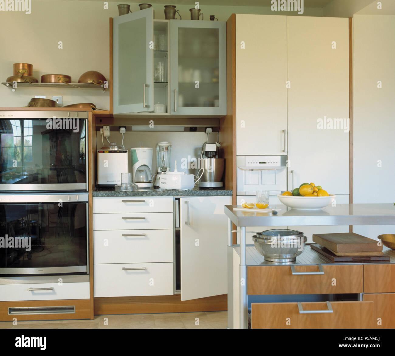 Credenza Cucina Con Piano Di Lavoro.Apparecchi Elettrici Sul Piano Di Lavoro Al Di Sotto Di