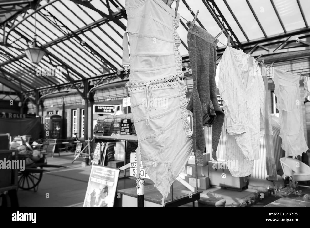 Severn Valley Railway, Kidderminster stazione. Periodo artefatti da 1940s sul display nel foyer del patrimonio come azienda ferroviaria si prepara per un evento speciale. Foto Stock