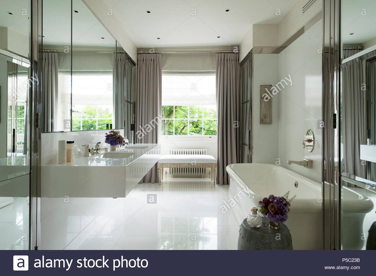 Sala Da Bagno Moderna : Lavandino e vasca da bagno in una moderna stanza da bagno foto