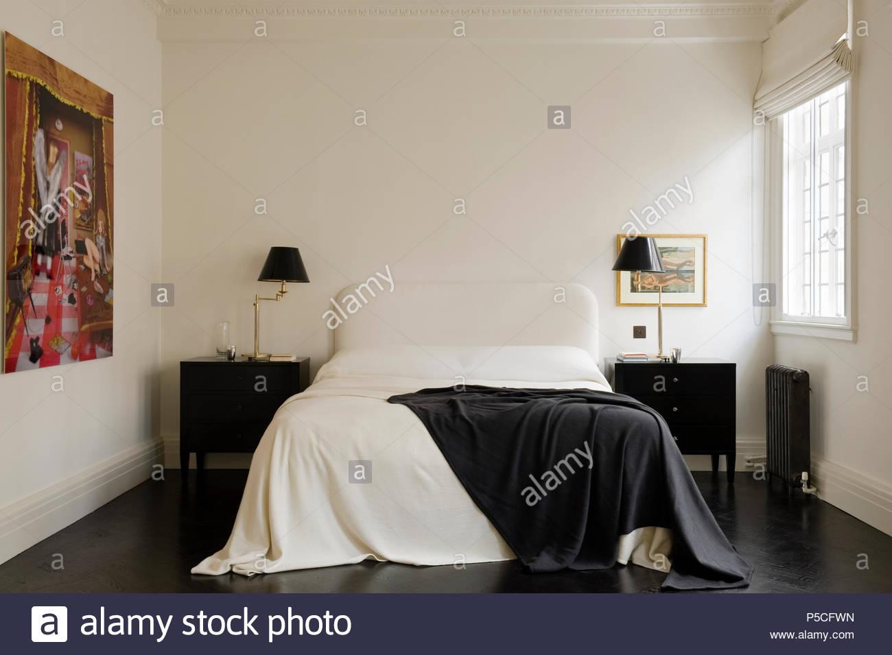 Camera Da Letto Bianco E Nero : Camera da letto in bianco e nero foto & immagine stock: 209873601
