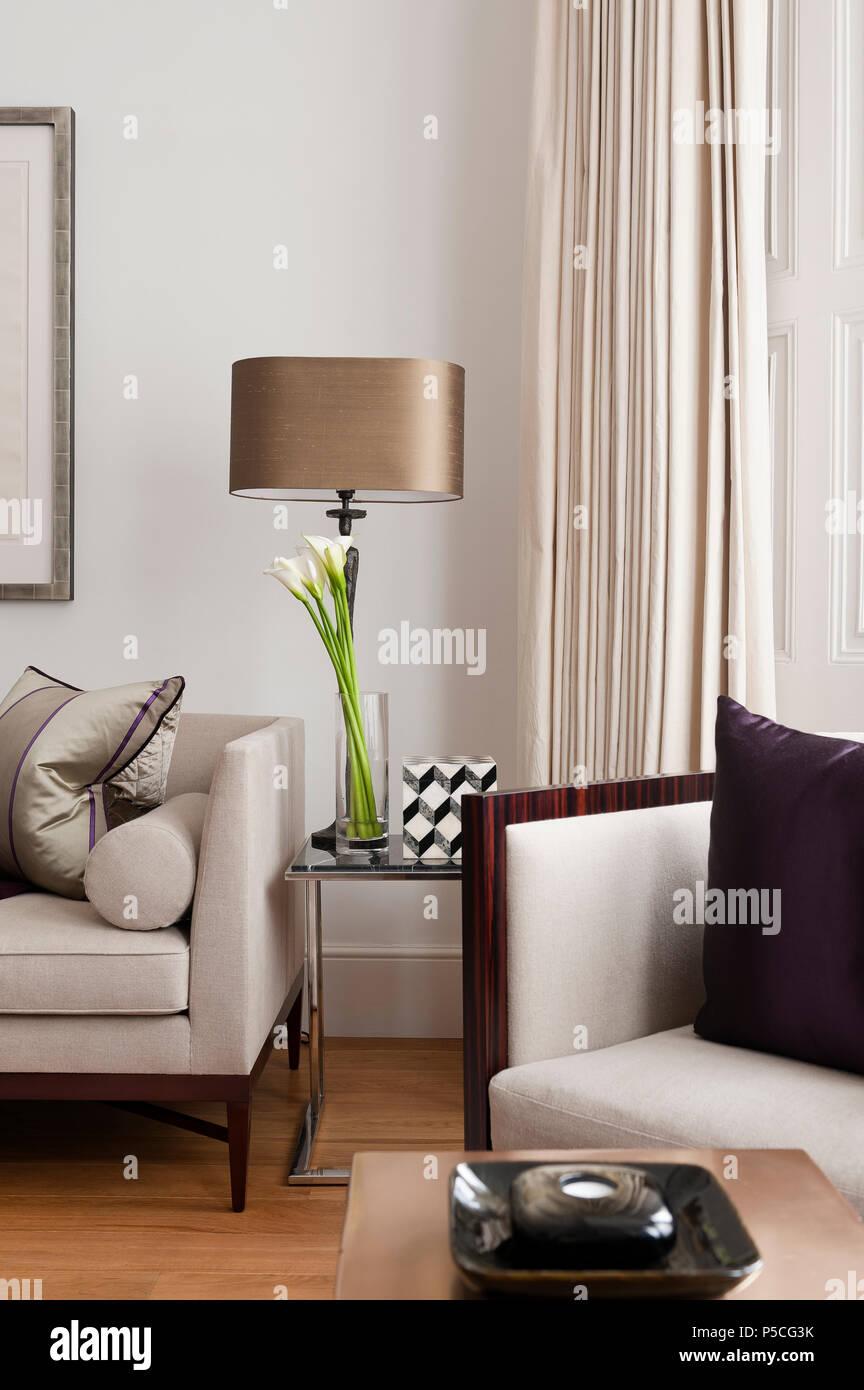 Soggiorno In Stile Moderno.Lampada E Fiori In Stile Moderno Soggiorno Foto Immagine Stock