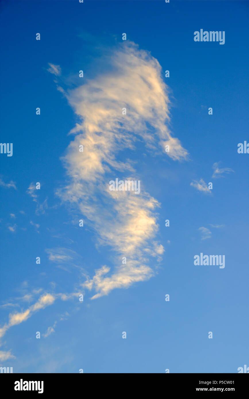 Nube solitaria con il fondo de cielo azul Immagini Stock