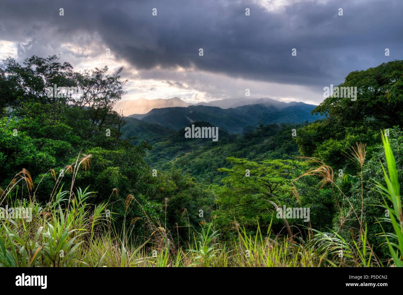 Un paesaggio affacciato sulla foresta pluviale nel Panama, America Centrale Immagini Stock
