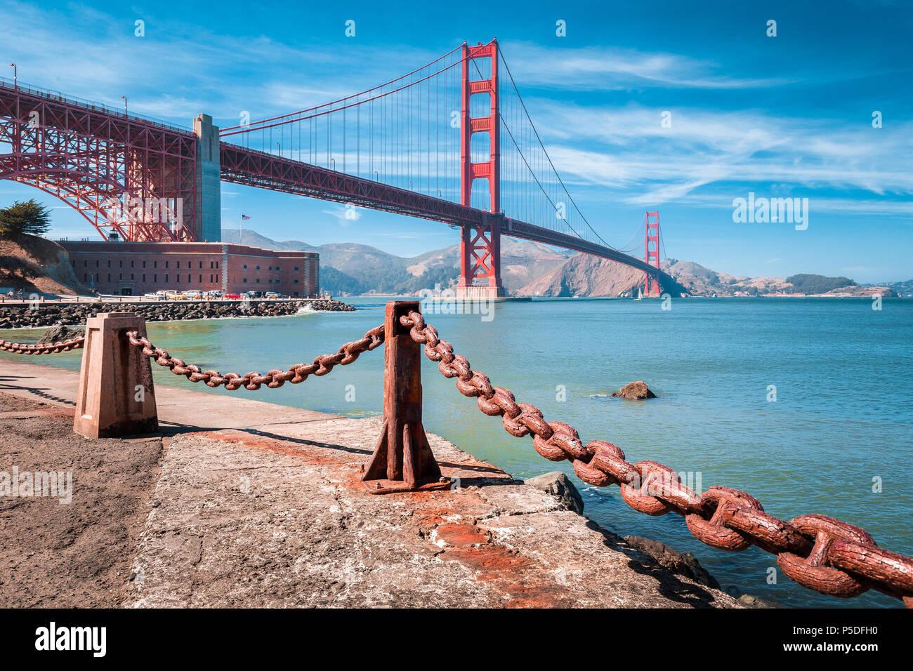 Visualizzazione classica del famoso Golden Gate Bridge con il Fort Point National Historic Site in una bella giornata di sole con cielo blu e nuvole, San Francisco, Stati Uniti d'America Immagini Stock