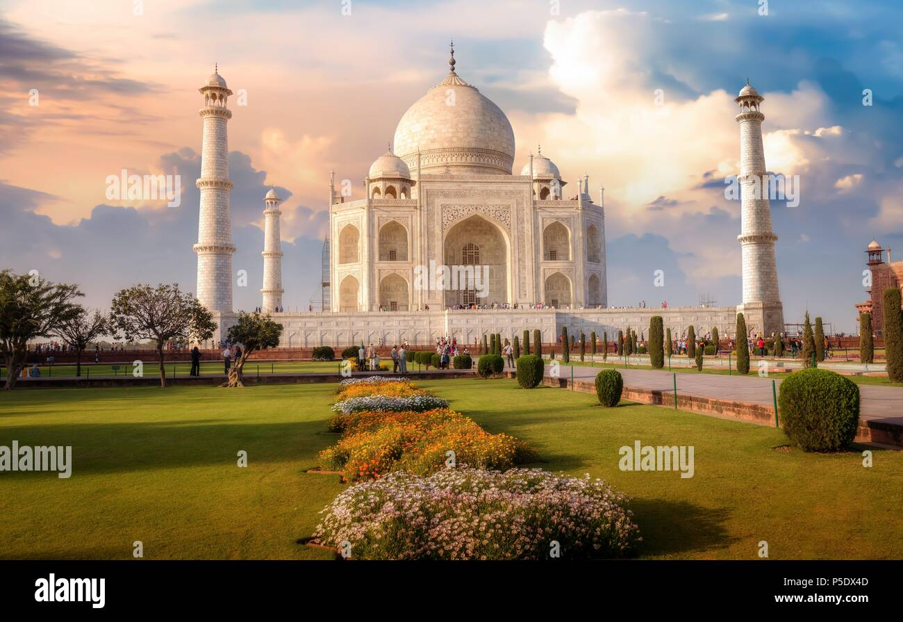 Taj Mahal Agra al tramonto con moody sky. Un sito Patrimonio Mondiale dell'UNESCO. Immagini Stock