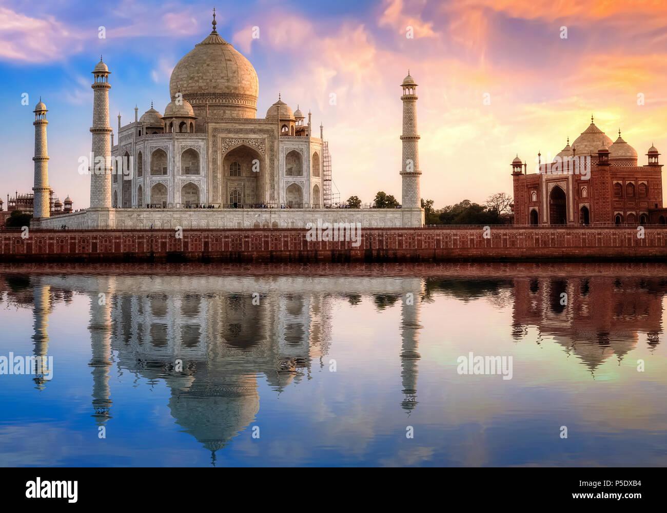 Taj Mahal Agra India con porta est al tramonto con moody sky. Immagini Stock