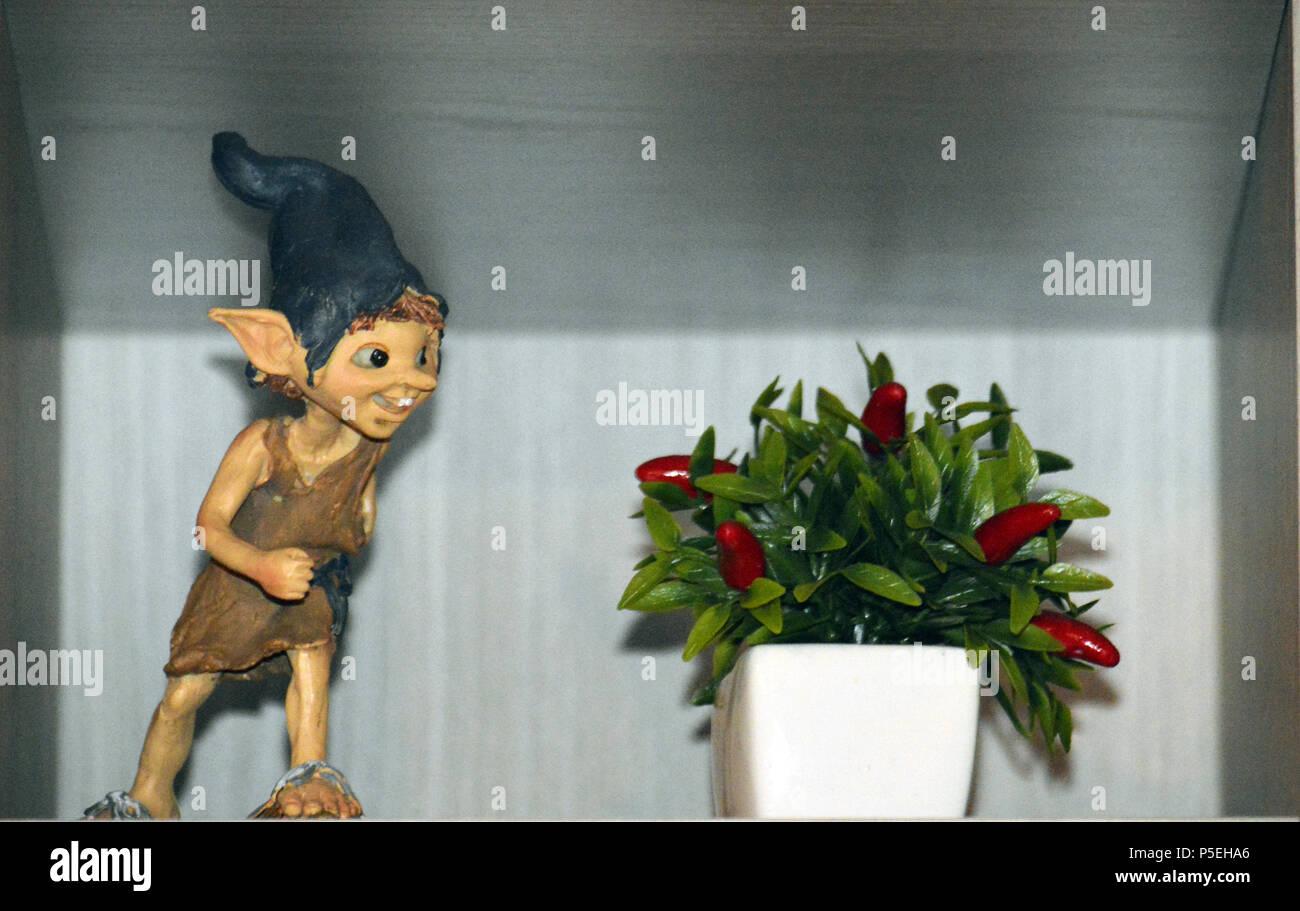 Nazioni Unite Elfo accanto ad una pianta con bacche rosse Immagini Stock