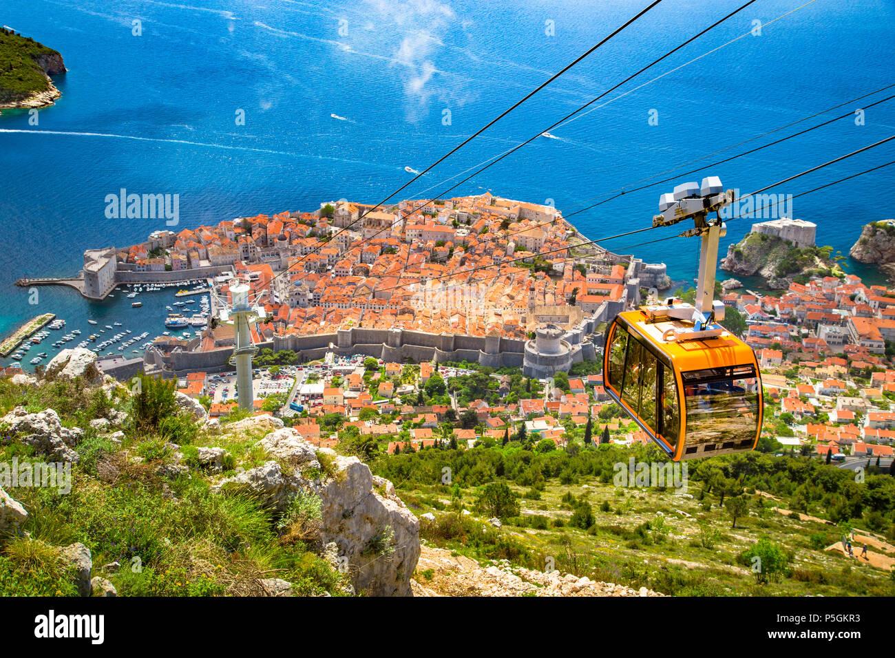 Antenna vista panoramica della città vecchia di Dubrovnik con la famosa funivia sul monte Srd in una giornata di sole con cielo blu e nuvole in estate, Croazia Immagini Stock