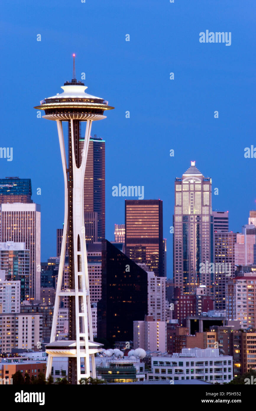 Lo Space Needle a torre di osservazione costruito per il 1962 della fiera del mondo, è una icona di Seattle, Washington. Immagini Stock