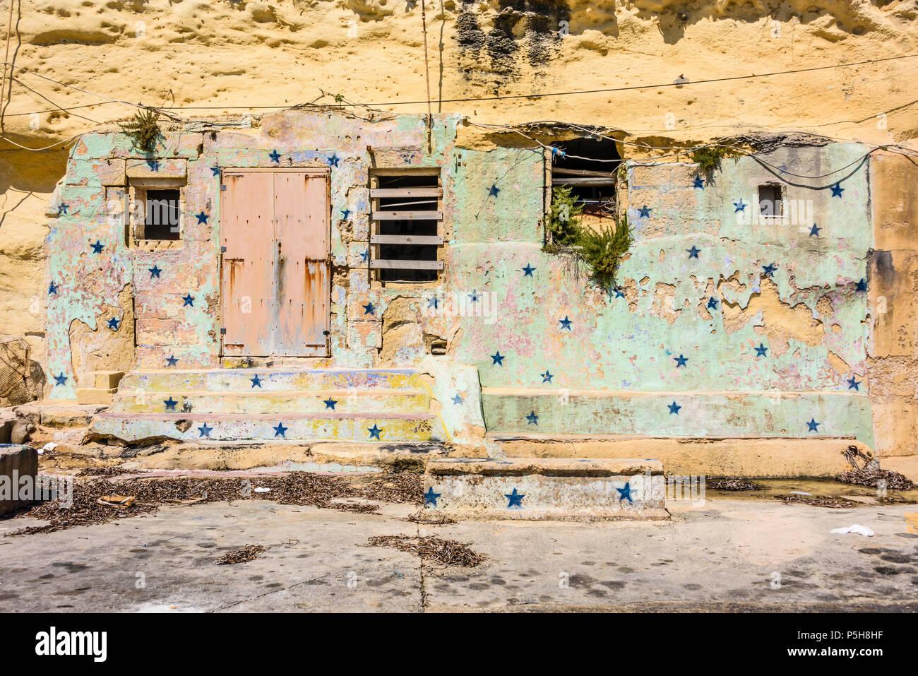 Un antico e tradizionale edificio scolpito in pietra calcarea e decorate con stelle, Gozo, Malta. Immagini Stock